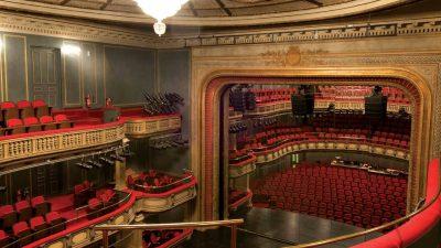 Ένα θέατρο που μύριζε ακριβό ξύλο.